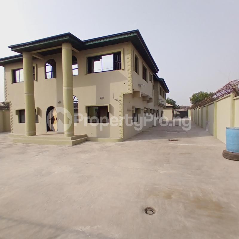 8 bedroom Detached Duplex House for rent On The Main Road Agodi Ibadan Oyo - 1