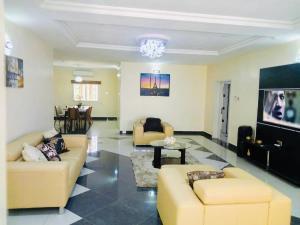 3 bedroom Mini flat Flat / Apartment for shortlet Plot 194 Ayim Pius Ayim Wuye Abuja